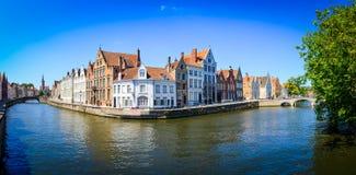 Panoramasikt av flodkanalen och färgrika hus i Bruges royaltyfria bilder