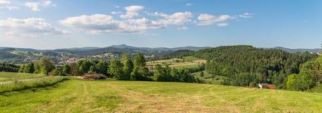 Panoramasikt av Grafenau i bavarianskogen med små berg och stort Rachel och berg Lusen Fotografering för Bildbyråer