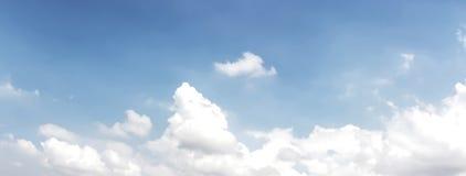Panoramasikt av härlig blå himmel och moln Royaltyfri Fotografi