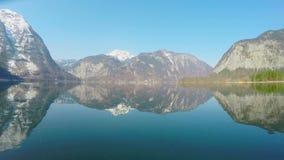 Panoramasikt av höga berg, härlig natur, vattenyttersida, nationalpark lager videofilmer