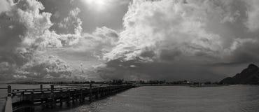 panoramasikt av havsbron och det mörka rainny molnet som kommer som är prachuapkhirikhan, Thailand, svartvit bildstil Royaltyfri Bild