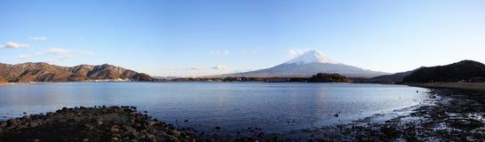 Panoramasikt av Kawaguchi sjön med Fujiyama Royaltyfria Bilder