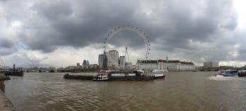 Panoramasikt av London Eye över att se illavarslande stormmoln, London, Westminster royaltyfri fotografi