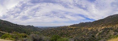 Panoramasikt av Los Angeles som är stads- från Hollywood Hills arkivfoton