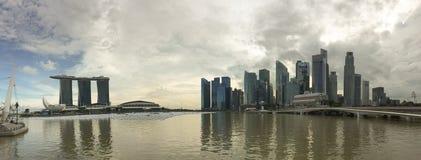 Panoramasikt av Marina Bay med många kontorsbyggnader i Singapore Royaltyfri Bild