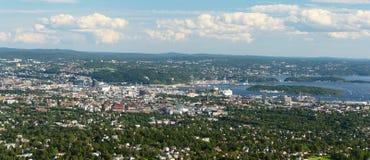 Panoramasikt av Oslo från breda Holmenkollen arkivbilder