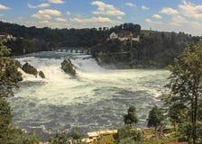 Panoramasikt av Rhine Falls med slotten Laufen Rhine Falls är den största vanliga vattenfallet i Europa, Neuhausen, Schweiz Royaltyfria Foton