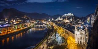 Panoramasikt av Salzburg i Österrike från Moenchsberg på julnatten Royaltyfria Foton