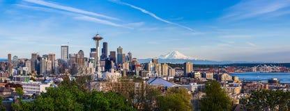 Panoramasikt av Seattle i stadens centrum horisont och Mt Mer regnig Washi Royaltyfria Bilder