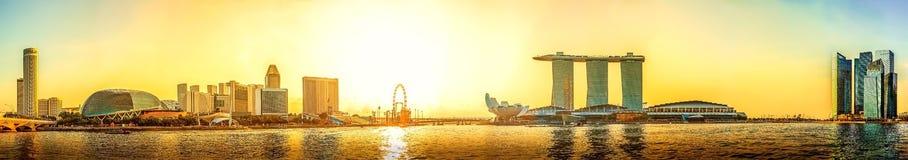 Panoramasikt av Singapore horisont med stads- byggnader i sunse Arkivbilder