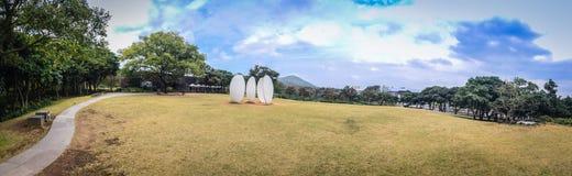 Panoramasikt av temuseumträdgården i backrround för blå himmel, det berömda museet för grönt te i Jeju, Sydkorea Royaltyfria Bilder