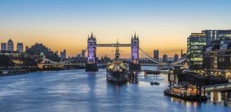 Panoramasikt av tornbron och HMS Belfast på soluppgång i Lon Royaltyfri Bild