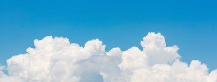 Panoramasikt av vit molnscape för härlig natur Royaltyfri Foto