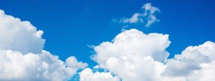 Panoramasikt av vit molnscape för härlig natur Arkivbild