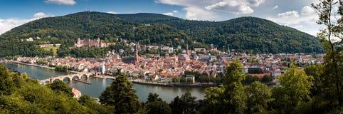Panoramasikt från banan för filosof` s till den gamla staden av Heidelberg med slotten och den gamla bron, Baden Wuerttemberg, G royaltyfri bild