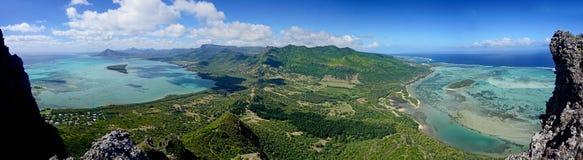 Panoramasikt från berget för Le Morne Brabant en UNESCOvärldsheri fotografering för bildbyråer