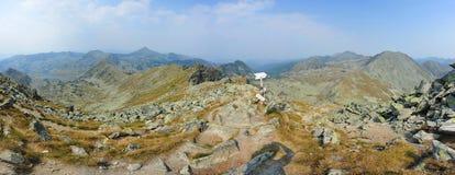 Panoramasikt från det Peleaga maximumet, Retezat berg Arkivfoto