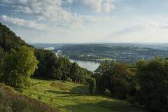 Panoramasikt från Drachenburgen/Drachenfelsenen till flodRhen och Rhinelanden, Bonn, Tyskland arkivbild
