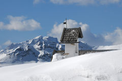 Panoramasikt med den lilla vitkyrkan på Passo Falzarego med Marmolada i bakgrund, Trentino, Dolomites Royaltyfria Bilder