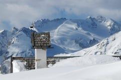 Panoramasikt med den lilla vitkyrkan på Passo Falzarego med Marmolada i bakgrund, Trentino, Dolomites Arkivfoton