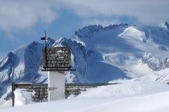 Panoramasikt med den lilla vitkyrkan på Passo Falzarego med Marmolada i bakgrund, Trentino, Dolomites Arkivfoto