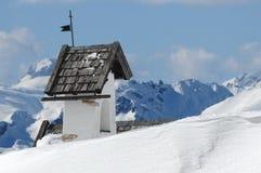 Panoramasikt med den lilla vitkyrkan på Passo Falzarego med Marmolada i bakgrund, Trentino, Dolomites Royaltyfri Foto