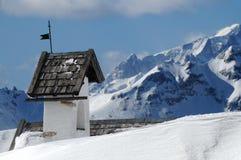 Panoramasikt med den lilla vitkyrkan på Passo Falzarego med Marmolada i bakgrund, Trentino, Dolomites Royaltyfri Bild
