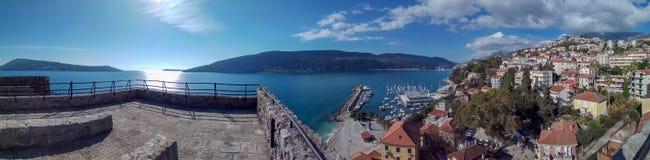 Panoramasikt på Adriatiskt havet och berg, Herceg-Novi arkivfoto