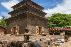 Panoramasikt på den Bunhwangsa templet med många lyktor som firar buddhasfödelsedag på en klar dag Lokaliserat i Gyeongju, söder arkivfoto