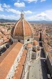 Panoramasikt på kupolen av den Santa Maria del Fiore kyrkan och ol Arkivbilder