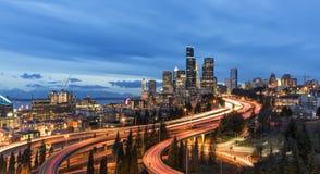 Panoramasikt på Seattle horisont på skymning Royaltyfria Foton