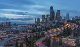 Panoramasikt på Seattle horisont på skymning Royaltyfri Bild