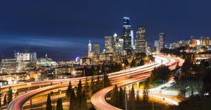 Panoramasikt på Seattle horisont på skymning Arkivbilder