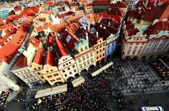 Panoramasikt som stirrar den gamla stadfyrkanten från klockatorn av Prague, Tjeckien Royaltyfri Fotografi