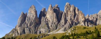Panoramasikt till berg i dolomite royaltyfria bilder