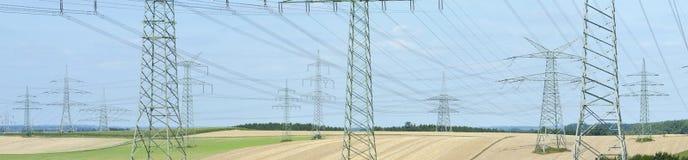Panoramasikt till många elektriska pyloner royaltyfri foto