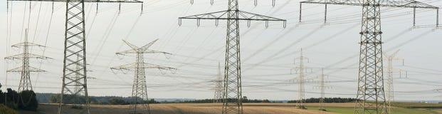 Panoramasikt till många elektriska pyloner Royaltyfri Bild