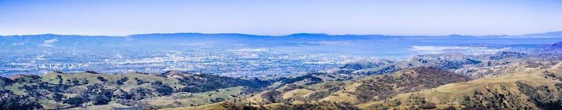 Panoramasikten av San Jose och vilar av San Francisco Bay område, upp till San Francisco som sett uppifrån av Mt Hamilton, royaltyfri fotografi