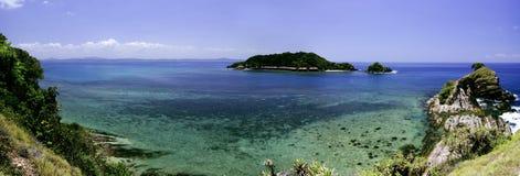 Panoramasikten från kulleöverkant på den Kapas ön, Terengganu, Malaysia omgav vid kristallklart vatten, korall, ön och blå himmel Royaltyfri Foto