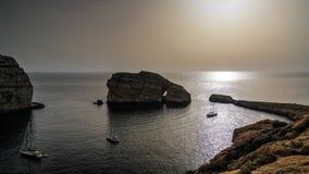 Panoramasikten till den Dwejra fjärden och svampen vaggar, Gozo, Malta arkivfoto