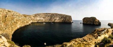 Panoramasikten till den Dwejra fjärden och svampen vaggar, Gozo, Malta royaltyfria bilder