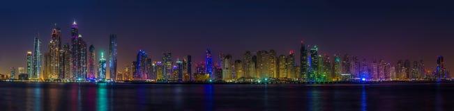 Panoramaskyskrapor i den Dubai marina UAE Fotografering för Bildbyråer