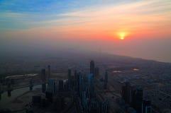Panoramasolnedgångsikt till Dubai skyskrapor, UAE Arkivbild