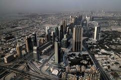 Panoramasolnedgångsikt till Dubai skyskrapor, UAE Royaltyfria Bilder