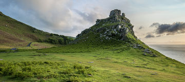 Panoramasonnenunterganglandschaft des Tales der Felsen in Devon Englan Lizenzfreie Stockbilder