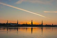 Panoramassilhouet van de stad van Riga stock fotografie