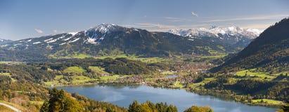 Panoramaszene im Bayern mit Alpenbergen und -see stockbild