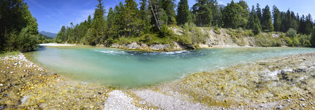 Panoramaszene im Bayern mit Fluss stockfotos