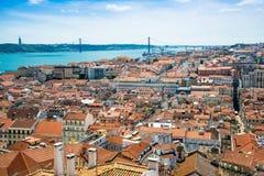 Panoramat av den gammala traditionella staden av Lisbon med rött taklägger Arkivbild