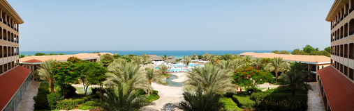 Panoramat av stranden på det lyxiga hotellet Royaltyfri Fotografi
